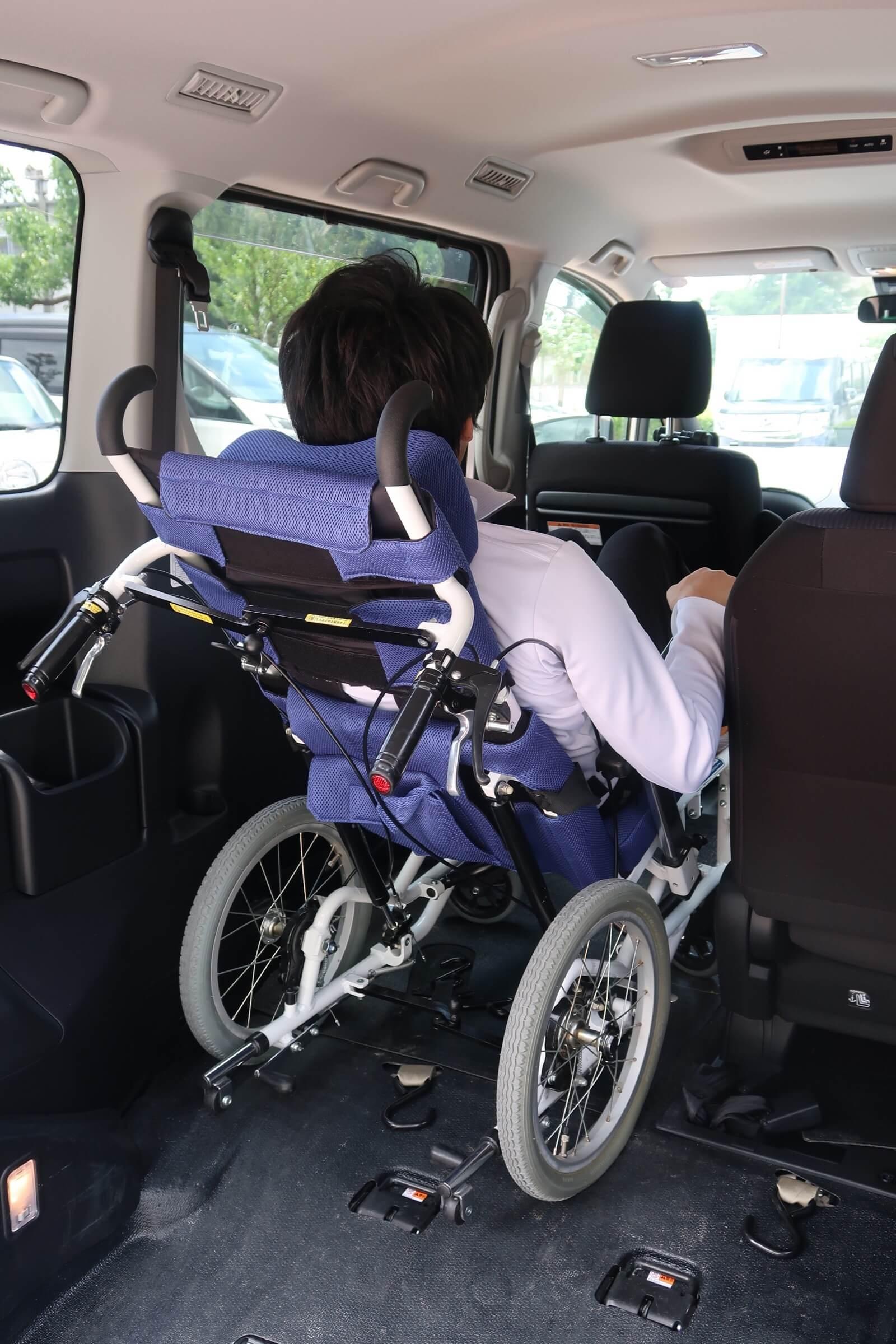 車内は大きめの車椅子でも快適なスペース